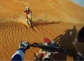 Video Choque de motos en el desierto