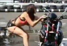 video-mujer-tira-moto